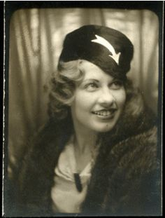 Vintage photo booth picture – woman with excellent military- inspired hat Vintage Photo Booths, Photo Vintage, Look Vintage, Vintage Glamour, Vintage Beauty, Vintage Ladies, Retro Vintage, Vintage Pictures, Vintage Images