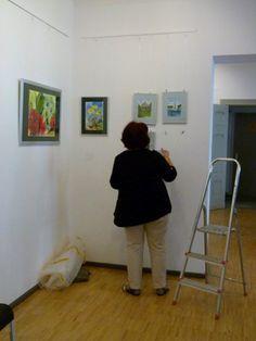 "Ausstellung ""Faszination Aquarell"" in der MV-Fotogalerie | Malschüler beim Hängen der Bilder (c) FRank Koebsch (2)"