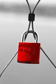 MR-Fotografie | love lock - Liebesverschluß | black & white + red + lock heart