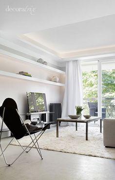 Candileja con luz indirecta; Una manera elegante para iluminar nuestras casas. Black Armchair, Curtain Designs, Scandinavian Interior, Home Living Room, Home Projects, House Plans, Furniture Design, House Design, Interior Design