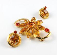 Vintage Juliana D&E jew Vintage Earrings, Clip On Earrings, Flower Brooch, Flower Designs, Jewelry Sets, Earring Set, Floral, Flowers, Rhinestones
