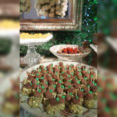 Espetinho de Pistache: não é a toa que está na lista dos mais pedidos! Conheça mais os doces do Atteliê e compre pelo site: http://loja.atteliededocesfinos.com.br/  #docesfinos #atteliededoces #carolinadarosci #sobremesa #docinhos #casamento #eventos #artesanal #feitoamao #docesgourmet #florianopolis #sweettooth #pistache #pistachio