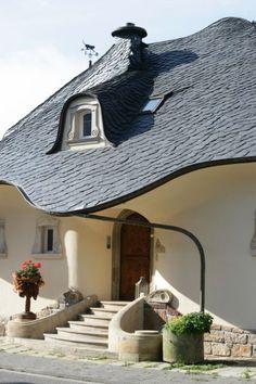 Esta fabulosa casa construida a la pareja de médicos en Zell a orillas del río Mosela, Alemania. Con la construcción de la casa, se le ocur...