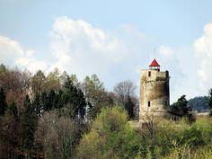 W #Małopolska, w pobliżu średniowiecznego miasteczka #Czchów, nad ciemnym nurtem #Dunaj.u stał niegdyś niewielki, ale dobrze ufortyfikowany zamek. Został zbudowany przed wiekami, by strzec interesów królów polskich. Dziś z dumnej budowli pozostała tylko baszta przyciągająca uwagę przejeżdżających w pobliżu turystów. #ZamkiPolskie #zamkiwpolsce #ZamekwCzchowie  http://www.malopolska24.pl/index.php/2015/11/zamek-w-czchowie/