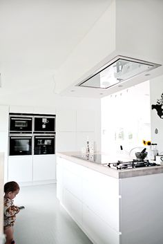 Plafondafzuiging in witte greeploze keuken #inspiratie