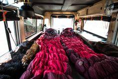 Camper Ausbau Defender. Bett mit Schlafsäcken