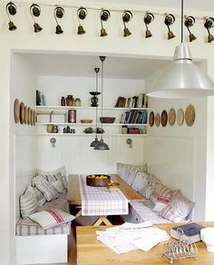 Cosy dining area- i love cozy dining nooks
