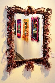 Miroir, création unique en cheveux synthetiques. Objet de décoration decalé et de curiosité rare, Création Artisanale de la boutique MickiCHOMICKI sur Etsy