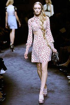 Mischa Barton em Londres semana passada 'desfilando' um vestido MiuMiu de andorinhas da coleção primavera-verão 2010: Eu, particularmente, não gostei nada, nada. Tem coisas que não ficam bem nem na passarela nem na vida real.