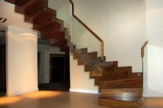 schody dywanowe z drewna ciemnego