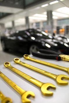 srbm: McLaren spanners from titanium plated with gold Radios, Bmw V12, Mclaren Cars, Cute Posts, Car Shop, Mans World, Supercars, Lamborghini, Starbucks