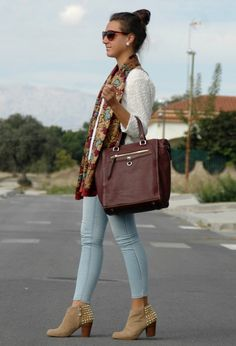 Oh I NEED a pair of light blue pants to go with my beige ankle boots! 18 Street Style Outfit Ideas with Ankle Boots Beige Ankle Boots, How To Wear Ankle Boots, Brown Boots, Womens Fashion Casual Summer, Womens Fashion For Work, Taylor Swift, Botines Casual, Street Style Outfits, Work Outfits