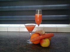 Oranje Boven!  Zachte juice uit onze slowjuice. Recept; vier sinaasappelen, twee wortelen, een appel, halve citroen en stukje gember.