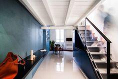 Os interiores da residência em Cagliari, Itália, misturam tons fortes, estampas e mobiliário de estilos variados