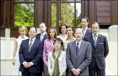 El Rey Simeón y la Reina Margarita posan en la residencia familiar del castillo de Vrania con sus hijos varones y sus respectivas esposas para una imagen histórica realizada en 2001  © Gtresonline