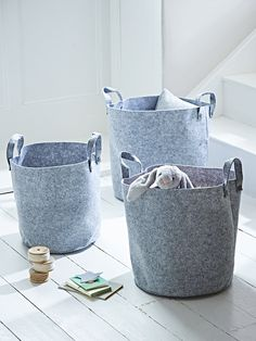 Made from high quality felt in a soft grey shade, this set of three different sized storage bags have a grey stitched finish and grey disc fixings for the two strong handles. Each round storage bag is freestanding with a flat base; perfect for filling with toys or using for hats and gloves.