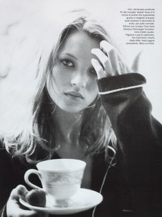 Kate Moss Vogue Black and white model fashion vintage Kate Moss, People Drinking Coffee, Drinking Tea, Ella Moss, Queen Kate, Miss Moss, Vogue, Natural Sleep, Fashion Editorials