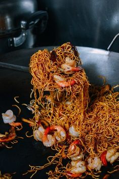 Noodles Recipes Hong Kong-Style Shrimp Chow Mein Noodles recipe by The Woks of Life Chow Mein Noodle Recipe, Hong Kong Style Chow Mein Recipe, Healthy Chow Mein Recipe, Shrimp Chow Mein, Pan Fried Noodles, Shrimp Noodles, Ramen Noodles, Seafood Recipes, Cooking Recipes