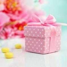 Kleine Verpackungen für Ihre Gastgeschenke. Die Quaderform ist für alle gängingen Süßigkeiten sowie kleine Präsente passend. Das braune Satinband ist in der Lieferung schon enthalten. Maße: 5 x 5 x 5 cm