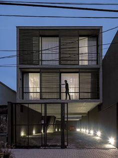 World Architecture Community News - Three-story apartment building proposes a provocative dialogue with Brazilian urban area Facade Design, Exterior Design, Architecture Design, Building Exterior, Building Design, Studio Loft, Townhouse Designs, Modern Townhouse, Narrow House