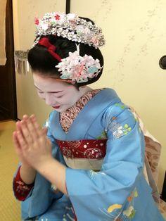 Maiko Fukumei wearing Gion Matsuri (July) kanzashi. Lovely blue hikizuri