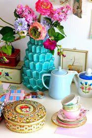 Madelief: Vintage tea cups & chocolate crackles