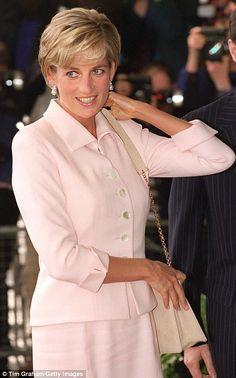 Princess Diana tributes left at gates of Kensington Palace | Daily Mail Online