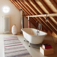 In their barn they renovated, architects and Ina Meijer Matthis Cruijsen have installed the bathroom in the old hayloft.