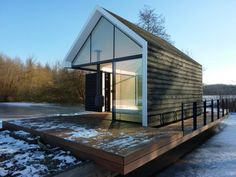 Interesting Facades Of Small Houses Design With Wooden Wall And Floor Including Wide Glass Window Facades of small houses : Know What Kind Of Facades You Want Hudson Homes, Wood Architecture, Gable Roof, Floating House, Garden Studio, Small House Design, Facade Design, Facade House, Cabins In The Woods