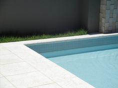 O piso Atérmico Naturalle Nina Martinelli garante segurança e conforto térmico para áreas externas. Disponível em três medidas, o piso proporciona um efeito moderno, sem deixar de lado a resistência ideal para áreas de passagem.