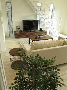 真っ白の内装に対して、メリハリのあるウォールナットブラウン色、ブラック色の家具でコーディネート!   家具なび ~きっと家具から始まる家づくり~