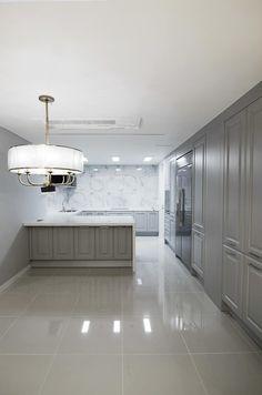 해운대 현대베네시티: 보운디자인의 주방 Apartment Interior, Kitchen Accessories, Kitchen Design, Bathtub, Dining Room, House Design, Flooring, Interior Design, House Styles