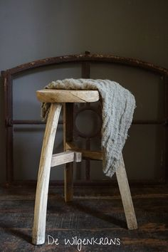 Oude houten ronde kruk