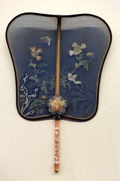 Exquisite and culturally rich Chinese traditional crafts - hand fan - Page 15 of 34 - zzzzllee Asian Bedroom Decor, Asian Decor, Chinese Fans, Chinese Style, Hand Held Fan, Hand Fan, Art Deco Vanity, Chinese Embroidery, Chinoiserie Chic
