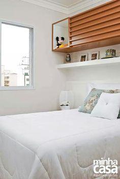 Prateleira e armário em cima da cama...