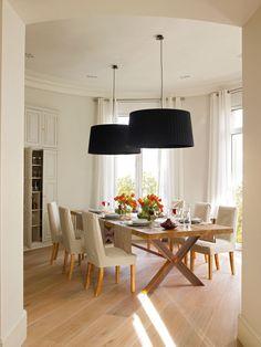Comedor de forma semicircular en finca regia con gran mesa y sillas tapizadas_00360190