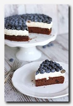 Schoko-Blaubeer-Torte mit Vanillequarkcreme (eatbakelove) One of my dearest recipes from dear Anne is that chocolate berry pie with vanilla quark cream. Juicy chocolate sauce meets a light quark cream with vanilla, on top berry jelly and Baking Recipes, Cake Recipes, Dessert Recipes, Health Desserts, No Bake Desserts, Sweets Cake, Cupcake Cakes, Torte Au Chocolat, Blueberry Cake