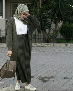Asliafsaroglu Source by Modest Fashion Hijab, Modern Hijab Fashion, Street Hijab Fashion, Casual Hijab Outfit, Hijab Chic, Abaya Fashion, Muslim Fashion, Modest Outfits, Fashion Outfits