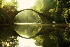 Devil's Bridge – Duitsland In het prachtige Park Kromlau bevindt zich de Devil's Bridge. De brug is gebouwd om de optische illusie van de perfécte circel te creëren, dankzij de reflectie van de brug in het water. Fotofanaten van over de hele wereld trekken hiernaartoe om deze optische illusie op beeld vast te leggen. Vanuit Berlijn is het 2 uur rijden naar Park Kromlau.