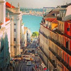 Esta lindíssima Lisboa que amamos, a encantadora Lisboa antiga, Rua da Misericórdia, à esquerda o Chiado, à direita o Bairro Alto, ao fundo o Cais do Sodré e o Rio Tejo. Lisboa - Portugal