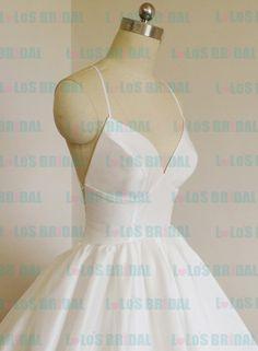 Bild von http://www.lolosbridal.com/images/weddingdress/LOC013-sexy-open-backless-full-ball-gown-bubble-hem-wedding-dress_4.jpg