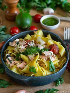 Pâtes au saumon confit, cardamome et citron vert (Ottolenghi) Fish Recipes, Healthy Recipes, Healthy Food, Yotam Ottolenghi, One Pot Pasta, Fish And Seafood, Pasta Salad, Cantaloupe, Salmon