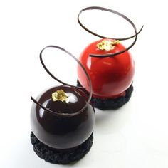 Join a petit gateaux class at Savour hands-on or online, visit our website for all the details www.savourschool.com.au These stunning cakes were created by @paulkennedysavour #cakes #petitgateaux #dessert #savourschool #paulkennedy #chocolate #callebaut #kirstentibballs #robyncurnow