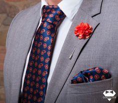 Nyakkendő Zsebkendő Dísztű Narancssárga Sötétkék Paisley, 3 darabos készlet  Férfiaknak szükséges teljes kellékcsomag, ami nyakkendőből, zsebkendőből virágot ábrázoló dísztűből áll. Különleges motívumokat tartalmazó férfi kellékek, amelyeket különleges eseményeken viselik. A csomagot Gent's Club ajándék zacskóban kínáljuk, amihez tanácsokat tartalmazó szórólapot is ajándékozunk a nyakkendő megkötéséhez és a zsebkendő különböző formájú összehajtásához. Tie Set, Pocket Square, Lapel Pins, Tie Clip, Paisley, Celebrity Style, Templates, Club, Fashion