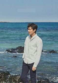 Final shoot on Jeju Island before entering military service Cr: Innisfree Asian Actors, Korean Actors, Lee Min Ho Wallpaper Iphone, Wallpaper Lockscreen, Lee Minh Ho, Lee Min Ho Kdrama, Lee Min Ho Photos, O Drama, Korean Drama Movies
