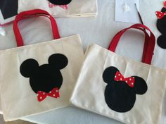 Bolsa mickey Baby Mickey, Mickey Party, Mickey Minnie Mouse, Sewing Crafts, Sewing Projects, Homemade Dolls, Minnie Birthday, Disney Crafts, Mouse Parties
