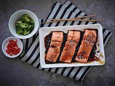 Uunilohi saa päälleen japanilaisittain maustetun teriyakikastikkeen.
