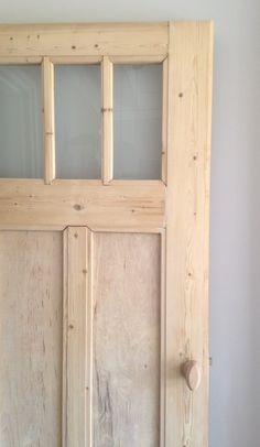 Oud grenen paneeldeur ontdaan van verf en lak.
