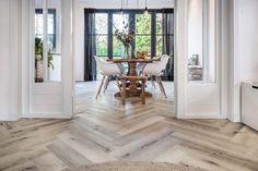 Prachtige sfeervolle woonkamer met een pvc vloer in visgraat gelegd. Floor Rugs, Tile Floor, Room Inspiration, Interior Inspiration, Living Room Interior, My House, House Design, Flooring, Interior Design