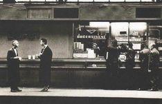 Martin L. Gore a Dave Gahan postávají v roce 1988 u stánku na pražském Hlavním nádraží - Fotografii pořídil dvorní fotograf kapely při nezapomenutelném koncertě depešáků v komunistické Praze - Anton Corbijn